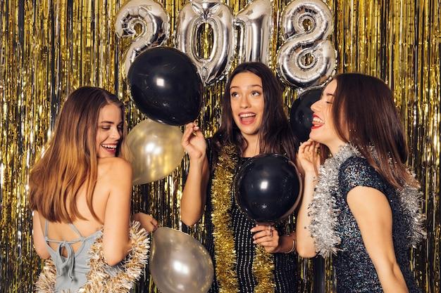 Nieuwjaar clubfeest met feestmeisjes