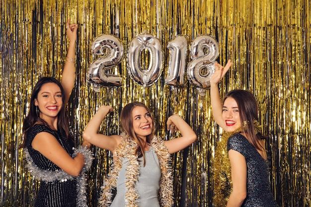 Nieuwjaar clubfeest met meisjes die vieren