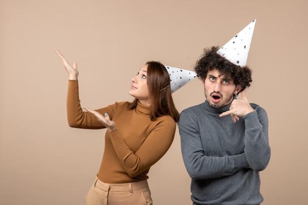 Nieuwjaar concept met mooie opgewonden gelukkige jonge paar dragen nieuwjaar hoed meisje hierboven kijken