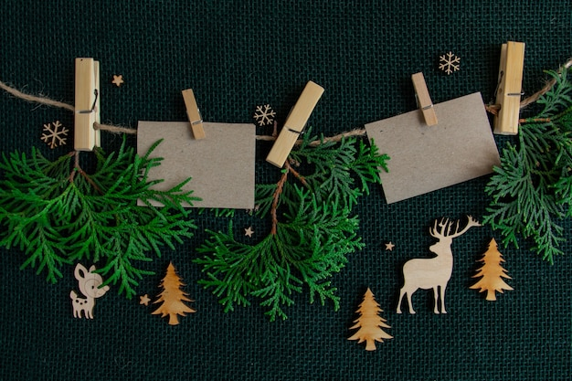 Nieuwjaar en kerst compositie takken van een kerstboom en kaarten hangen aan een touw achtergrond...