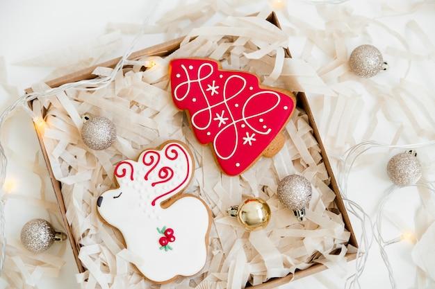 Nieuwjaar en kerst peperkoekkoekjes en kerstballen. herten en kerstboom gevormd. bovenaanzicht.