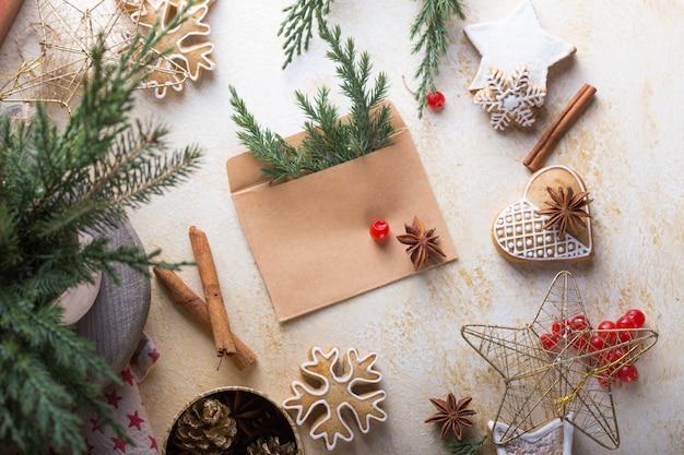 Nieuwjaar en kerstmis achtergrond. het rietpeperkoek van het kerstmissuikergoed op zwarte achtergrond.