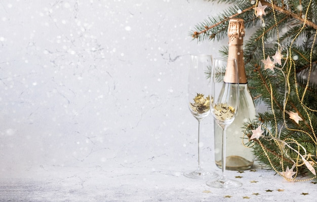 Nieuwjaar en kerstmis achtergrond met champagne fles en fir tree ingericht