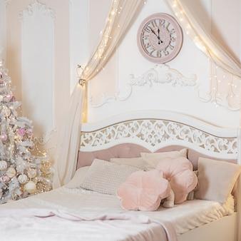 Nieuwjaar en kerstmis. kerstboom bij het bed in de slaapkamer..