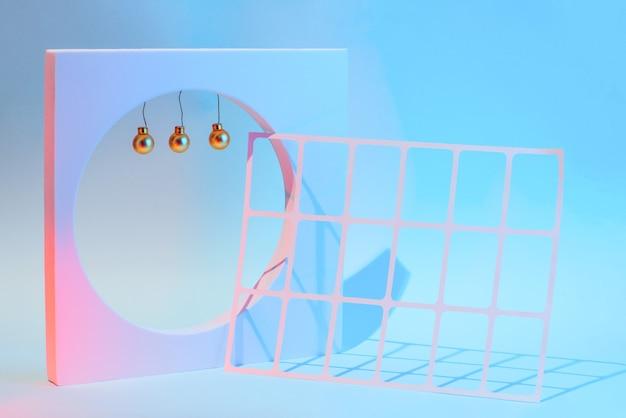 Nieuwjaar en kerstmissamenstelling met geometrische vormen, feestelijk concept.
