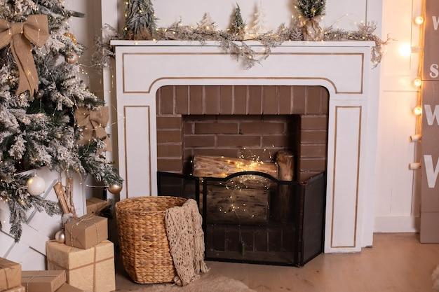Nieuwjaar gezellig interieur van woonkamer met versierde kerstboom en open haard