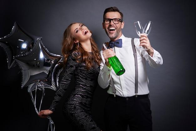 Nieuwjaar is een goede tijd om champagne te drinken Gratis Foto