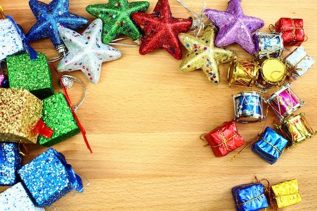 Nieuwjaar kerstmis achtergrond met decoraties en geschenkdozen op houten achtergrond kopie ruimte