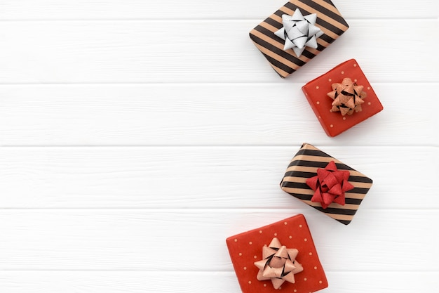 Nieuwjaar, kerstmis of valentijnsdag geschenkdozen op hout. plat leggen