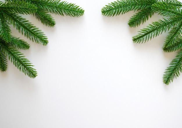 Nieuwjaar met groene fir takken geïsoleerd op wit.