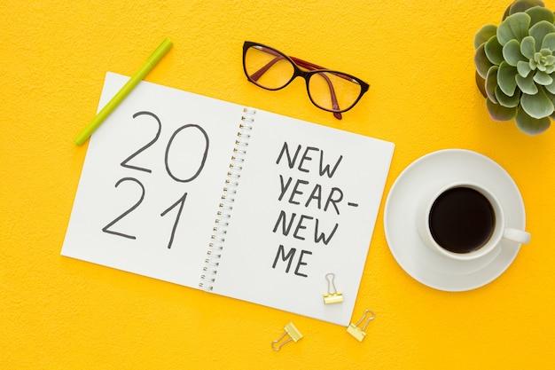 Nieuwjaar nieuw me inspiratie concept geïsoleerd plat leggen