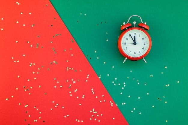 Nieuwjaar of kerstmis concept flatlay wekkerachtergrond