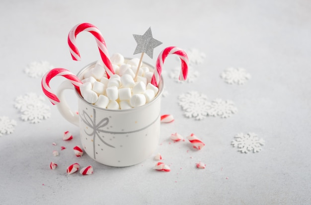 Nieuwjaar of kerstmis concept. samenstelling met marshmallows en snoep stokken