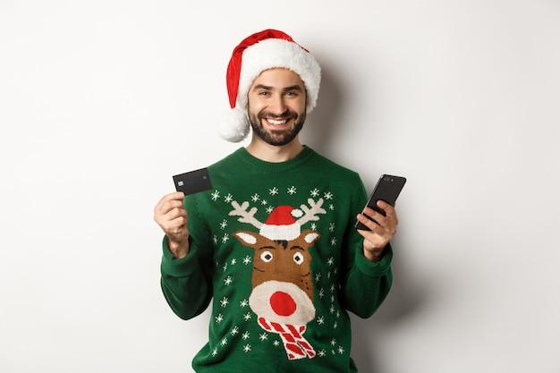 Nieuwjaar online winkelen en kerstconcept gelukkige bebaarde man die internet koopt met creditcard...