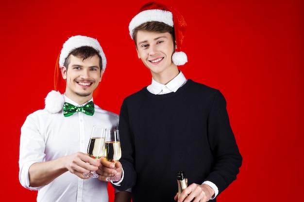 Nieuwjaar partij concept gelukkig plezier lachende vrienden paar hipster bedrijf draagt sprookje carnaval kostuum santa christmas hoed