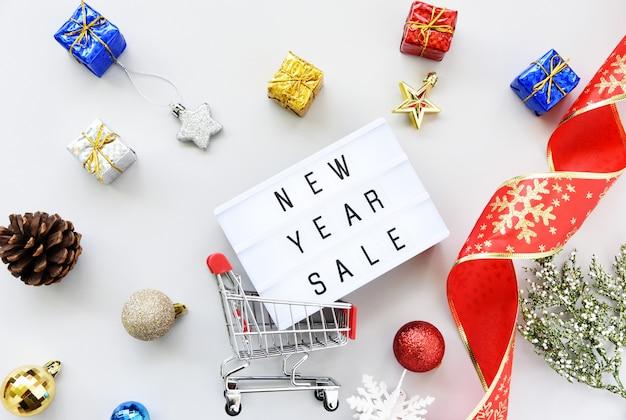 Nieuwjaar sale tekst op lightbox samenstelling en kerstversiering