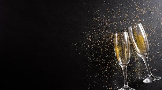 Nieuwjaar vakantie achtergrond concept gemaakt van champagneglazen met gouden glitter