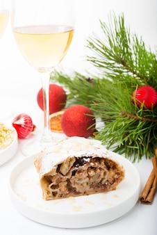 Nieuwjaar vakantie appeltaart, kerstversiering, witte achtergrond