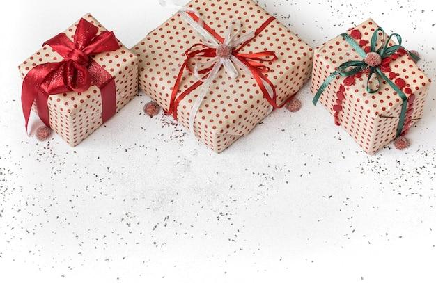 Nieuwjaar witte feestelijke achtergrond met cadeau gebonden met rood lint.