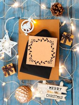 Nieuwjaardecoratie rond leeg kerstmis verpakt