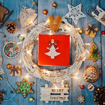 Nieuwjaardecoraties rond de lege ruimte van de kerstmisbrief voor slingers van tekst de brandende lichten