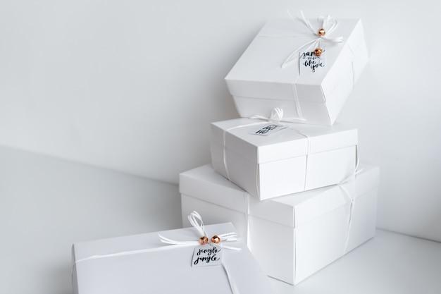 Nieuwjaargiften, witte dozen op lichte achtergrond met de decoratie van de de wintervakantie