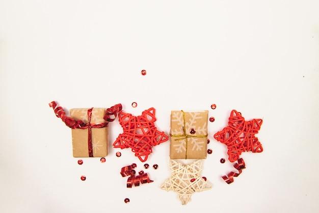 Nieuwjaars achtergrond. verpakte geschenken en sterren op een witte achtergrond.