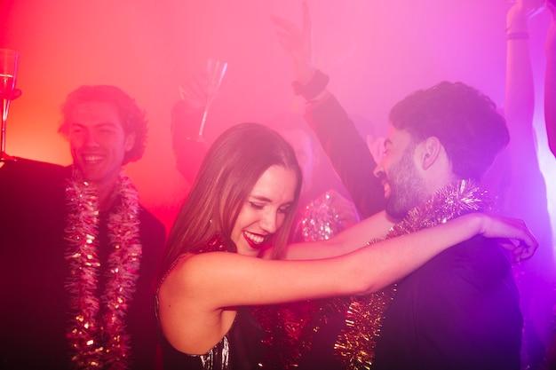 Nieuwjaars clubfeest met een gelukkig stel