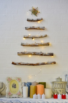 Nieuwjaars decor. kerstboom gemaakt van houten takken.