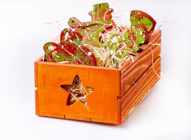 Nieuwjaars inrichting. doos met kerstspeelgoed.