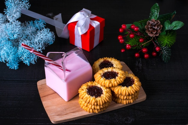 Nieuwjaars kersttraktatie. koekjes en aardbeienmelk cadeau in een doosje