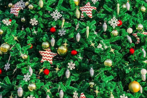 Nieuwjaars speelgoed op de kerstboom
