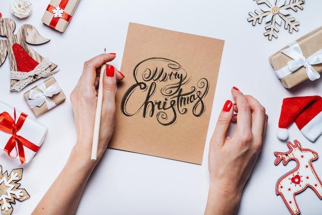 Nieuwjaars versieringen en geschenken op witte achtergrond