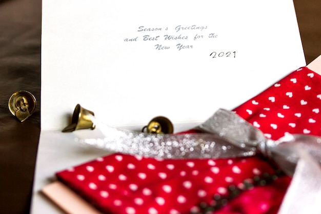 Nieuwjaars wenskaart 2021, bel en cadeau-envelop met wenskaart