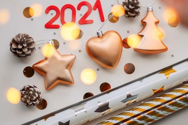 Nieuwjaarsamenstelling met gouden ornamenten van kerstmis met nummers uit 2021