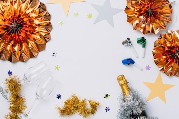 Nieuwjaarsamenstelling van champagnefles met document sterren