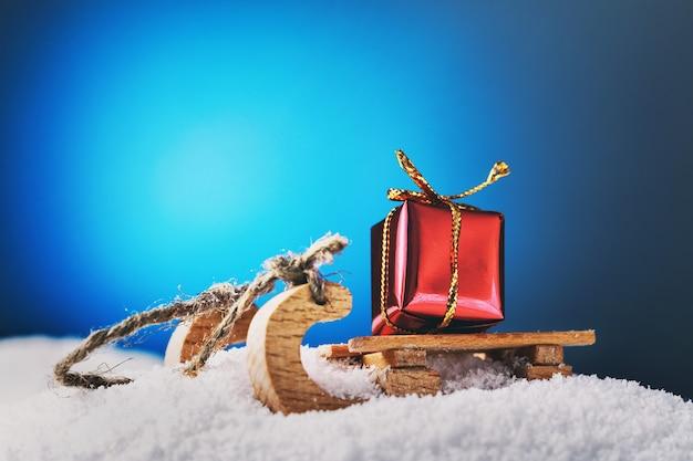Nieuwjaarscadeau van de kerstman op slee in een sneeuwjacht
