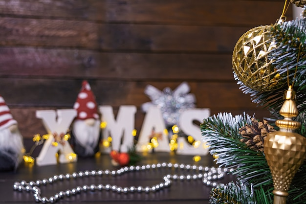 Nieuwjaarscène. verfraaide kerstboom met kerstmisspeelgoed.