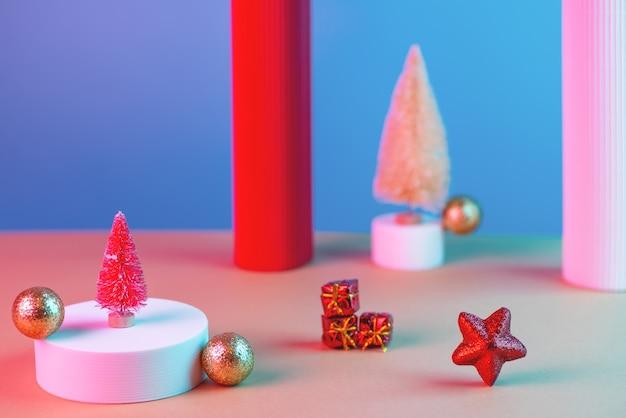 Nieuwjaarscompositie met kerstbomen, ster, kolommen, ballen en loopbruggen