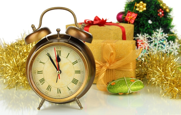 Nieuwjaarsconcept. samenstelling van klok en kerstversiering op wit wordt geïsoleerd