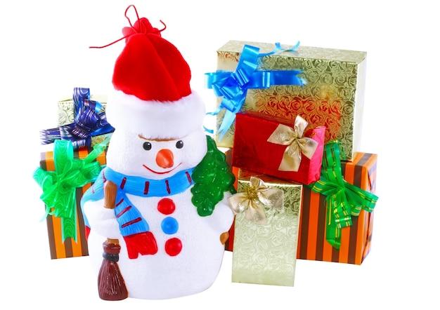 Nieuwjaarsdecoratie - sneeuwpop en nieuwjaarsgeschenkdoos. detailopname. geïsoleerd over wit