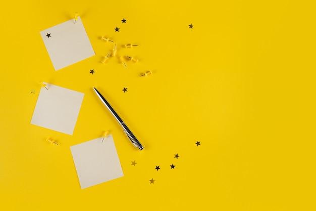 Nieuwjaarsdecoratie van gele bureaulijst met leeg notitieboekje en andere bureaulevering
