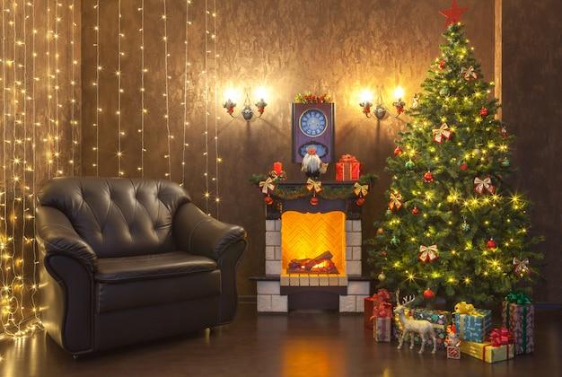 Nieuwjaarsdecoratie van het interieur van de woonkamer met een open haard en een lederen fauteuil.