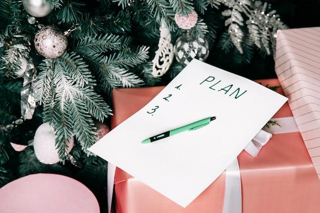 Nieuwjaarsdoel, plan, actietekst op kladblok met kantooraccessoires.
