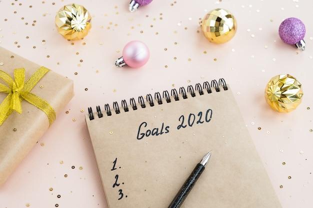 Nieuwjaarsdoelen 2020. notitieboekje met aantekeningen van plannen op een tafel