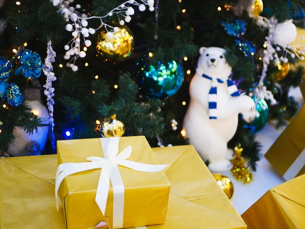 Nieuwjaarsgeschenk in gele verpakking met wit lint