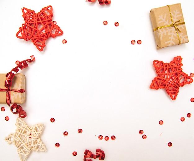 Nieuwjaarsgeschenken. kerst achtergrond. verpakte geschenken en sterren op een witte achtergrond zijn in de vorm van een cirkel.