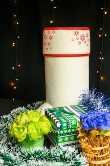 Nieuwjaarsgeschenken verpakt in klatergoud. kerstmis en nieuwjaar concept op zwarte achtergrond.