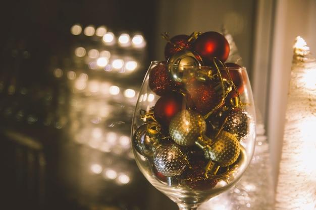 Nieuwjaarsglas met een kerstboomspeelgoed