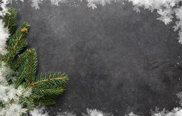 Nieuwjaarskaart. kerst dictie met een spar op zwart, plat gelegd